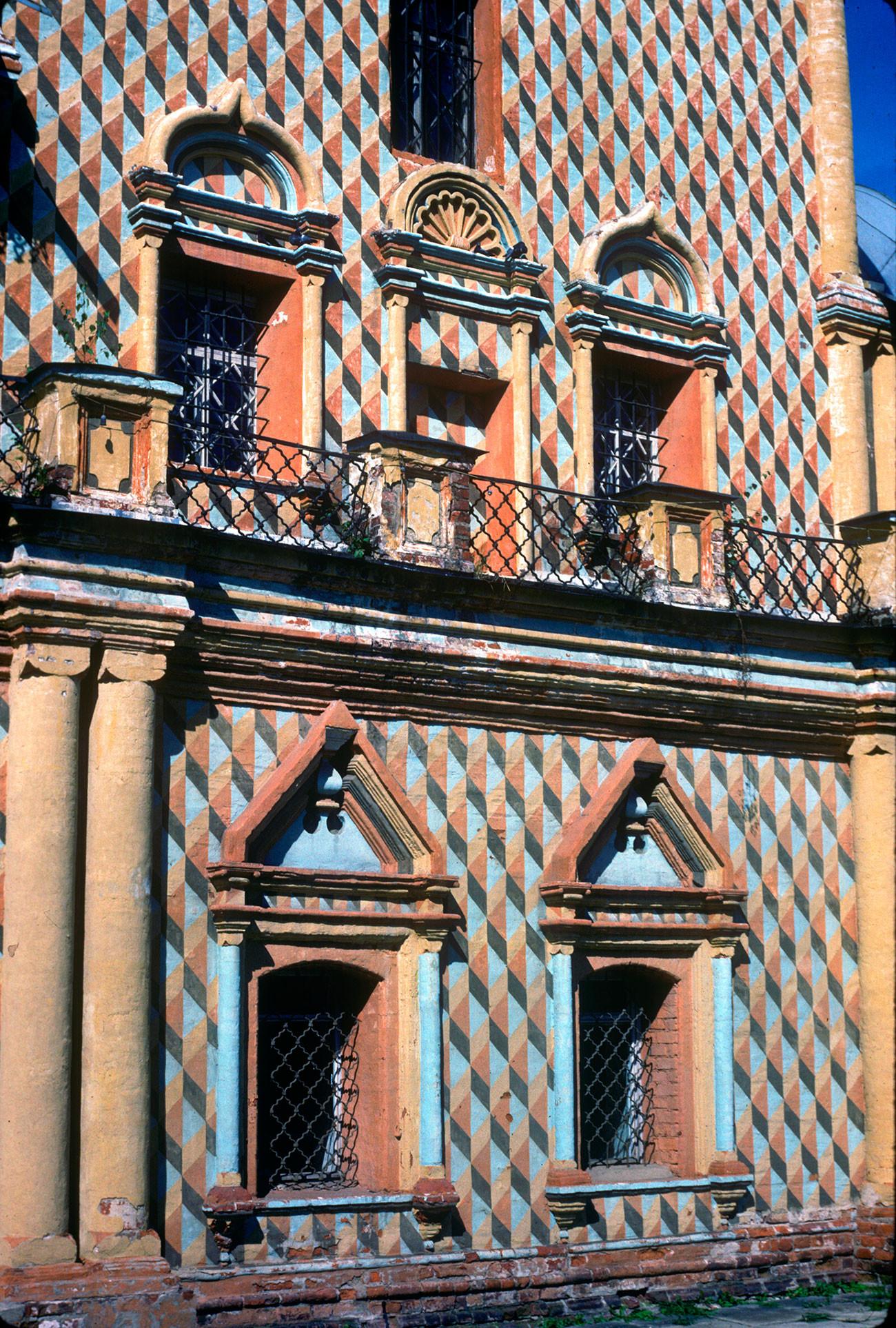 Kremlin de Rostov. Iglesia del Icono de Odighitria, fachada sur, detalles de la ventana. 21 de agosto de 1988.