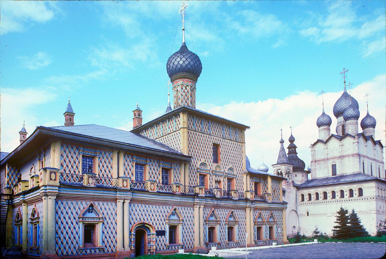 Kremlin de Rostov. Iglesia del Icono de Odighitria e iglesia de la Resurrección, vista suroeste. 7 de agosto de 1987.