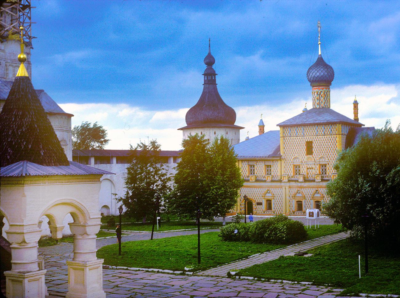 Kremlin de Rostov. Torre de la esquina noroeste e iglesia del Icono de Odighitria, vista desde las Cámaras del Metropolitano. 7 de agosto de 1987.