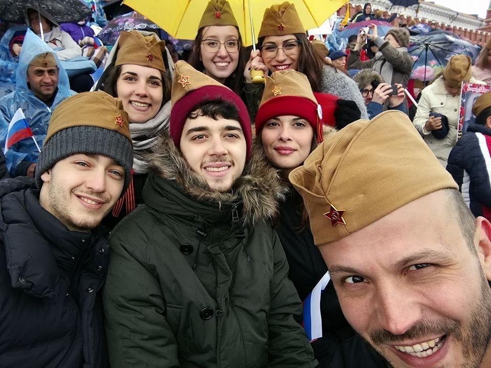 Ljudi u pilotkama na Dan Pobjede u Moskvi