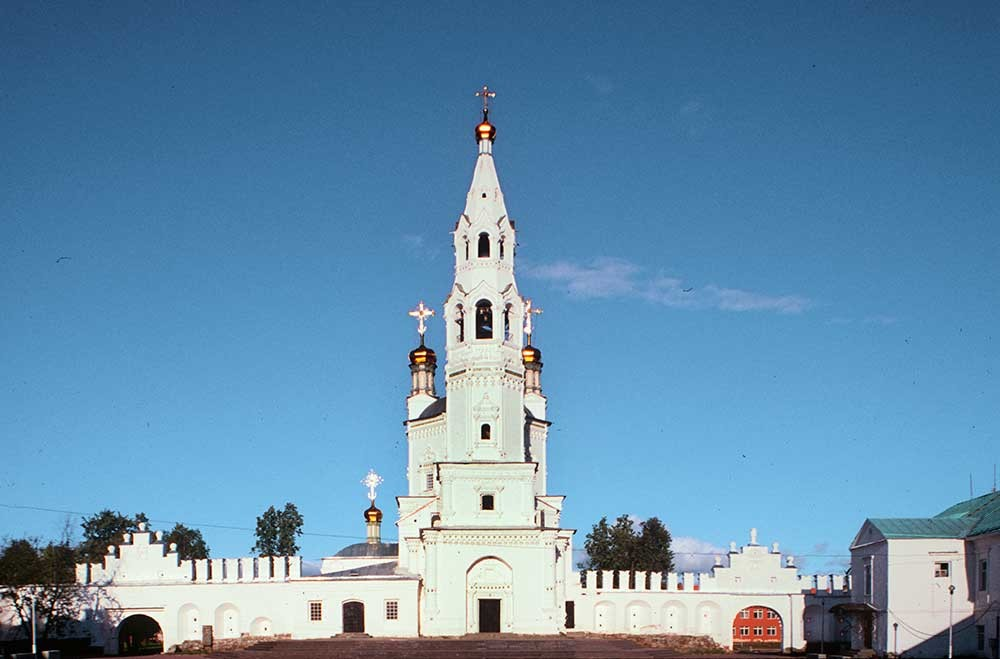 Verkhoturye. Trinity Cathedral & bell tower, kremlin wall. West view. August 26, 1999