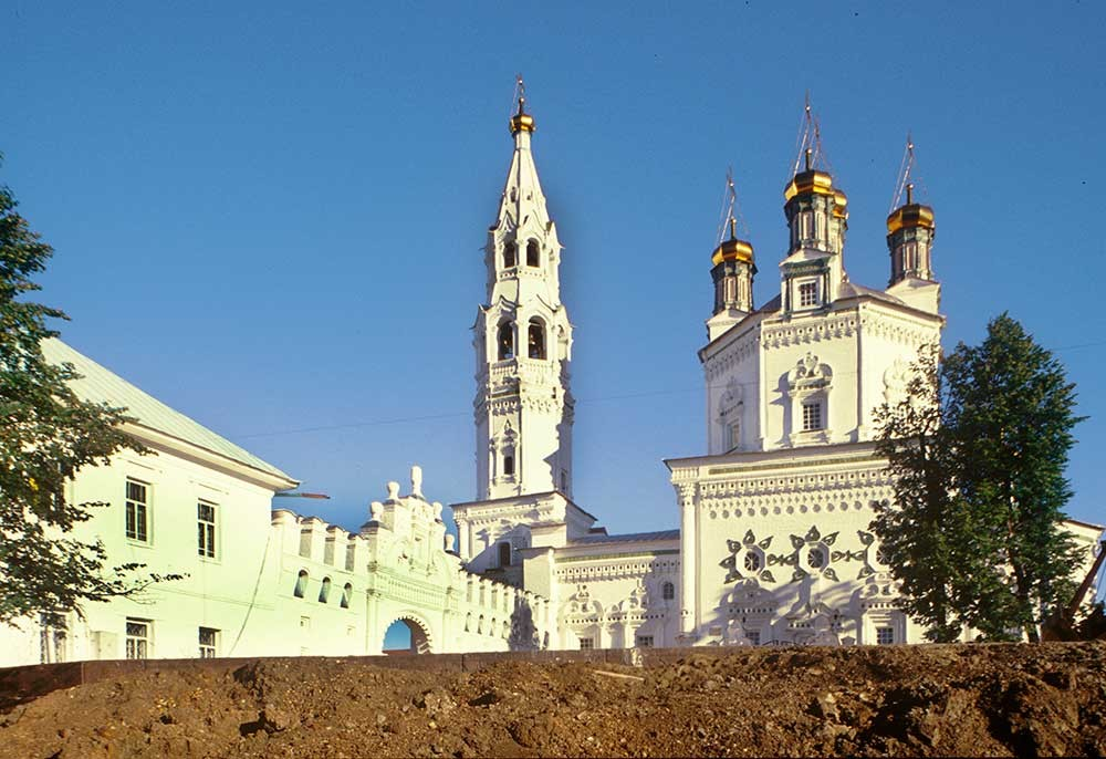 Trinity Cathedral & bell tower. South view with kremlin wall. August 27, 1999