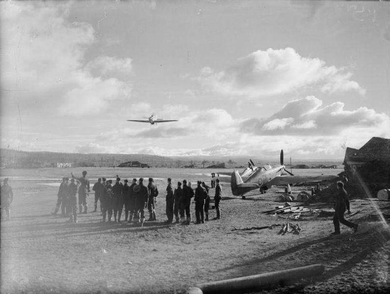 Militares del Ala №151 de la RAF en el aeródromo en Váienga, cerca de Múrmansk.