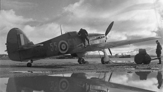 Avión Hawker Hurricane del Ala №151 de la RAF en el aeródromo en Váienga (a 10 km de Múrmansk), otoño de 1941.