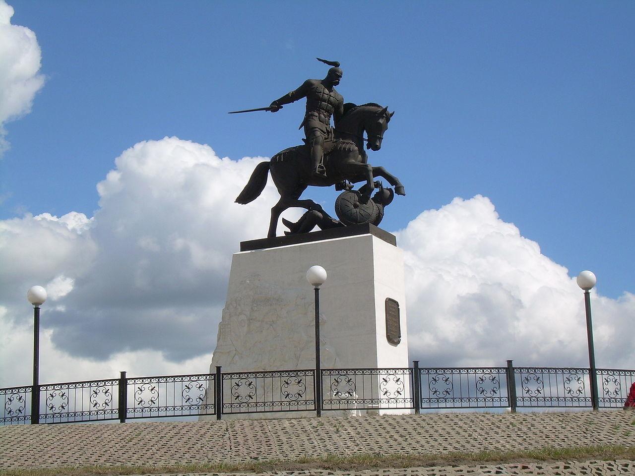 Monumento al Gran Príncipe Sviatoslav en Jolki.