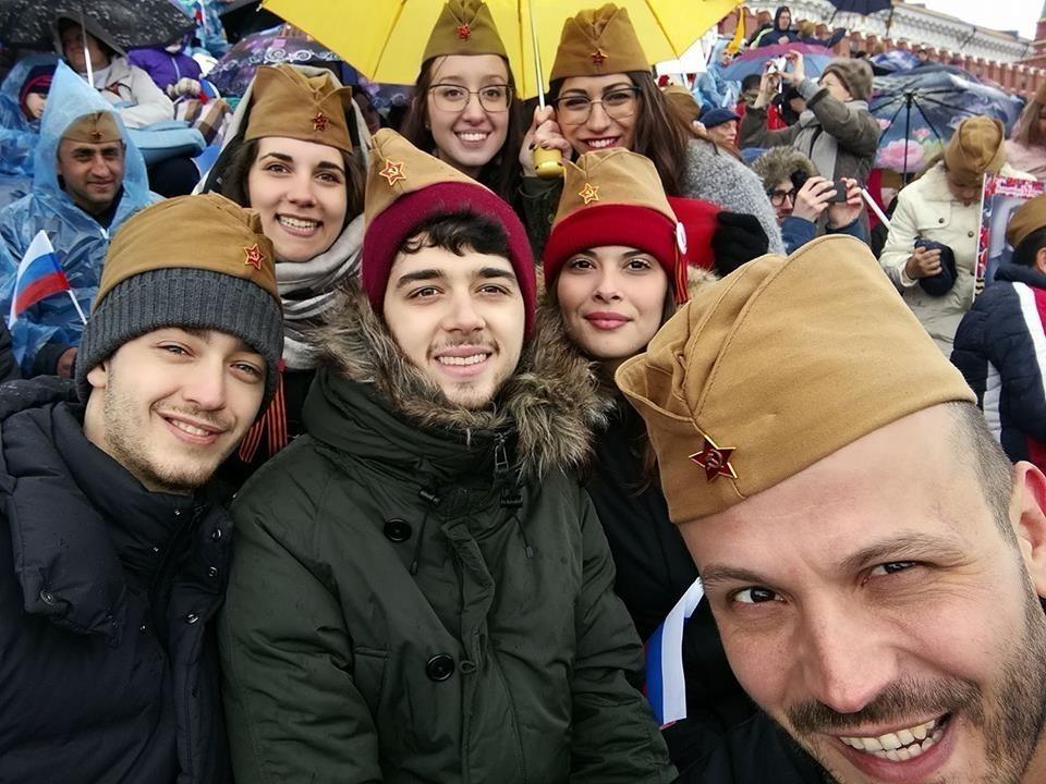 Ljudje s pilotkami ob dnevu zmage v Moskvi
