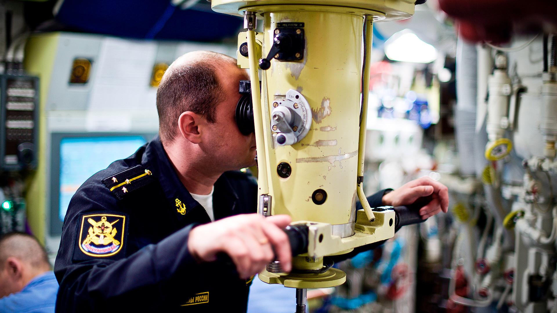 Офицер от екипажа на дизело-електрическа подводница по проект 636.3