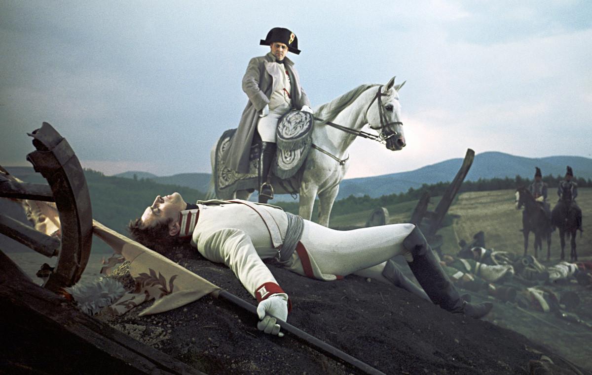 Vjačeslav Tihonov v vlogi Bolkonskega (spredaj) in Vladislav Strželčik kot Napoleon (na konju) v filmu Sergeja Bondarčuka