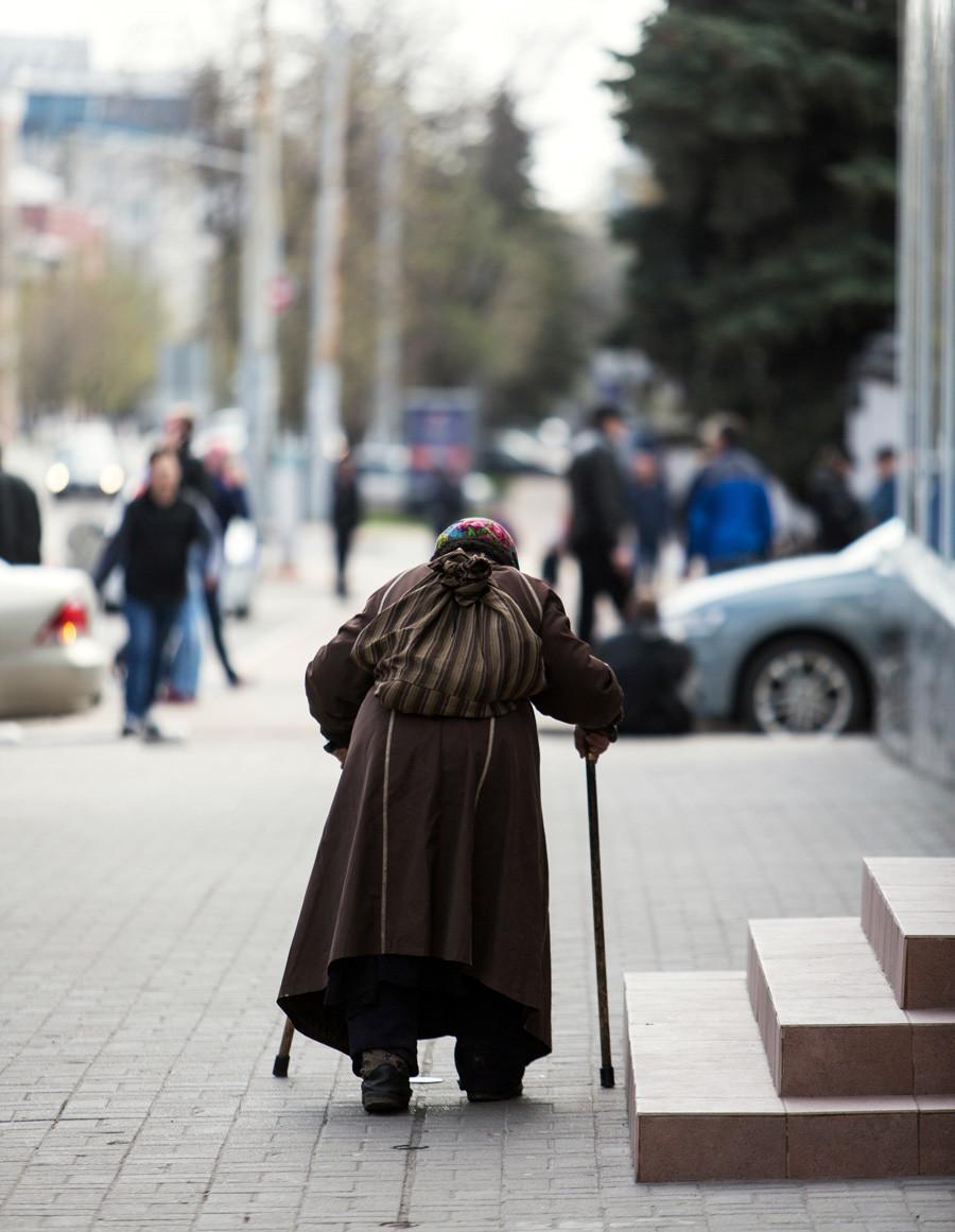 Idosa cega foi levada da Ucrânia para a Rússia para mendigar com toques de tortura.