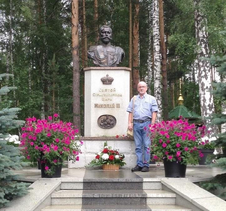 Пол Гилберт крај споменика Николају II код рудника Гањине Јаме. Џелати су оставили тела чланова царске породице у овом напуштеном руднику.