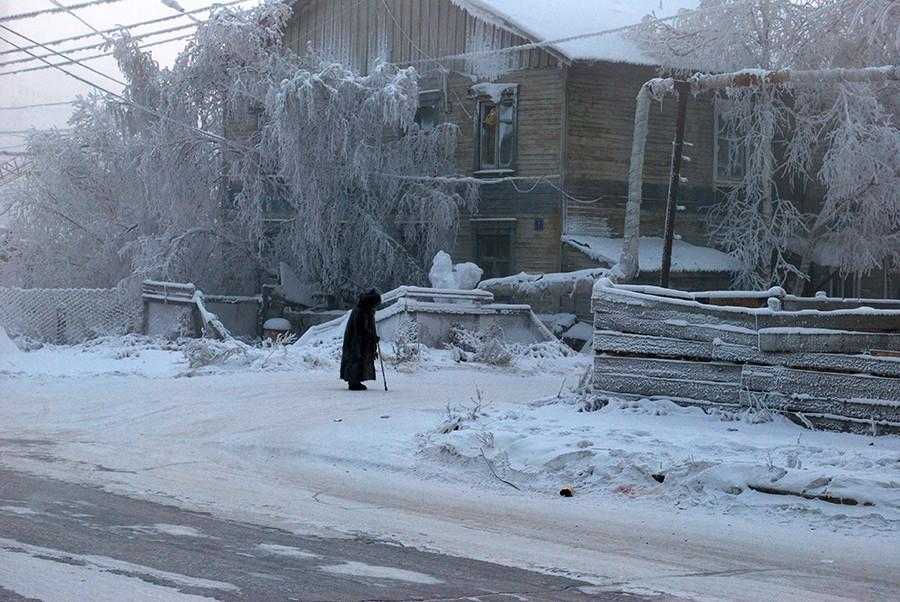 Seorang wanita menyusuri jalan di bulan Januari 2013 yang mengigil.