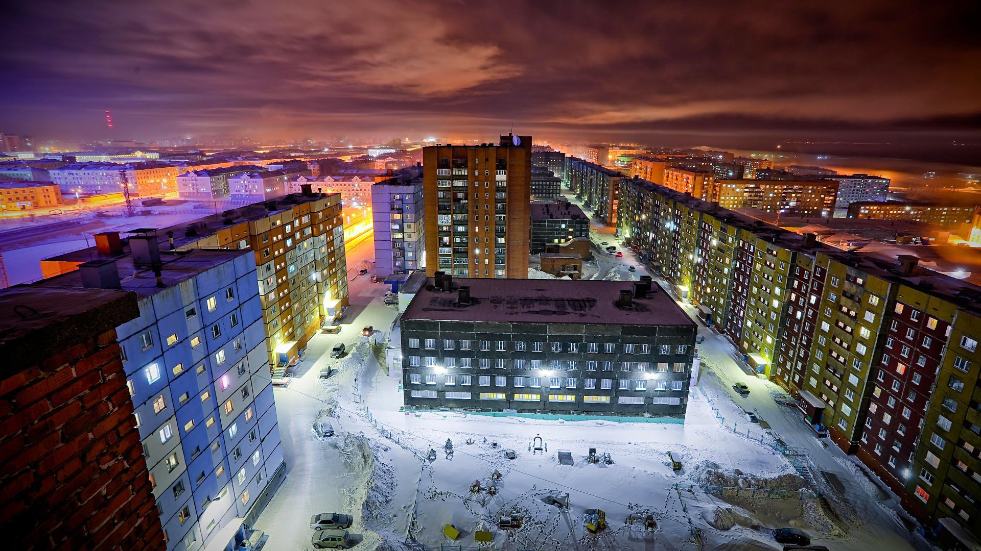 Bangunan tempat tinggal di Norilsk. Suhu telah turun hingga -42 derajat Celcius.