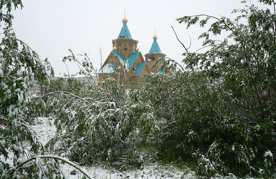 Jalan-jalan di Vorkuta tertutup salju. Juli 2015.