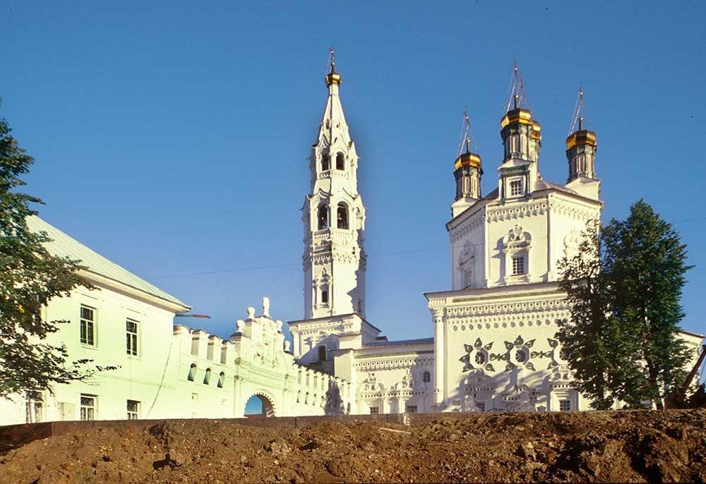 Katedral Trinitas danmenara lonceng. Penampakan selatan dengan dinding Kremlin. 27 Agustus 1999.