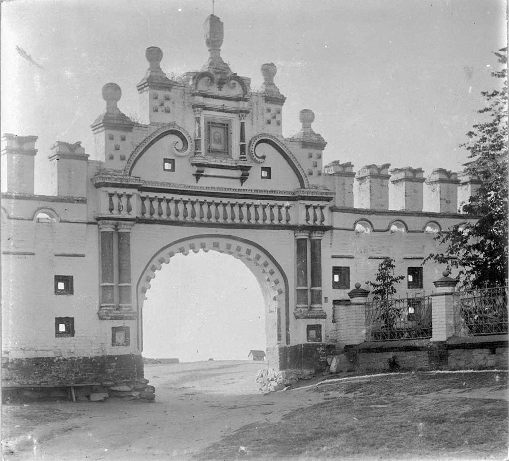 Verkhoturye. Dinding Kremlin utara, penampakan dari sisi timur. Akhir musim panas 1909.