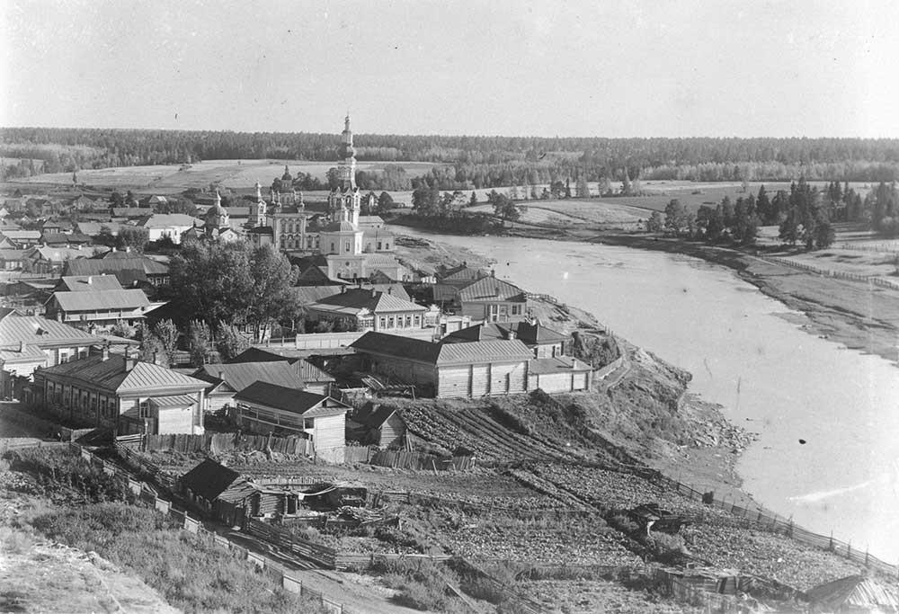 Sungai Tura. Pemandangan ke selatan dari menara lonceng Katedral Trinitas. Kiri: Biara Syafaat. Akhir musim panas 1909.