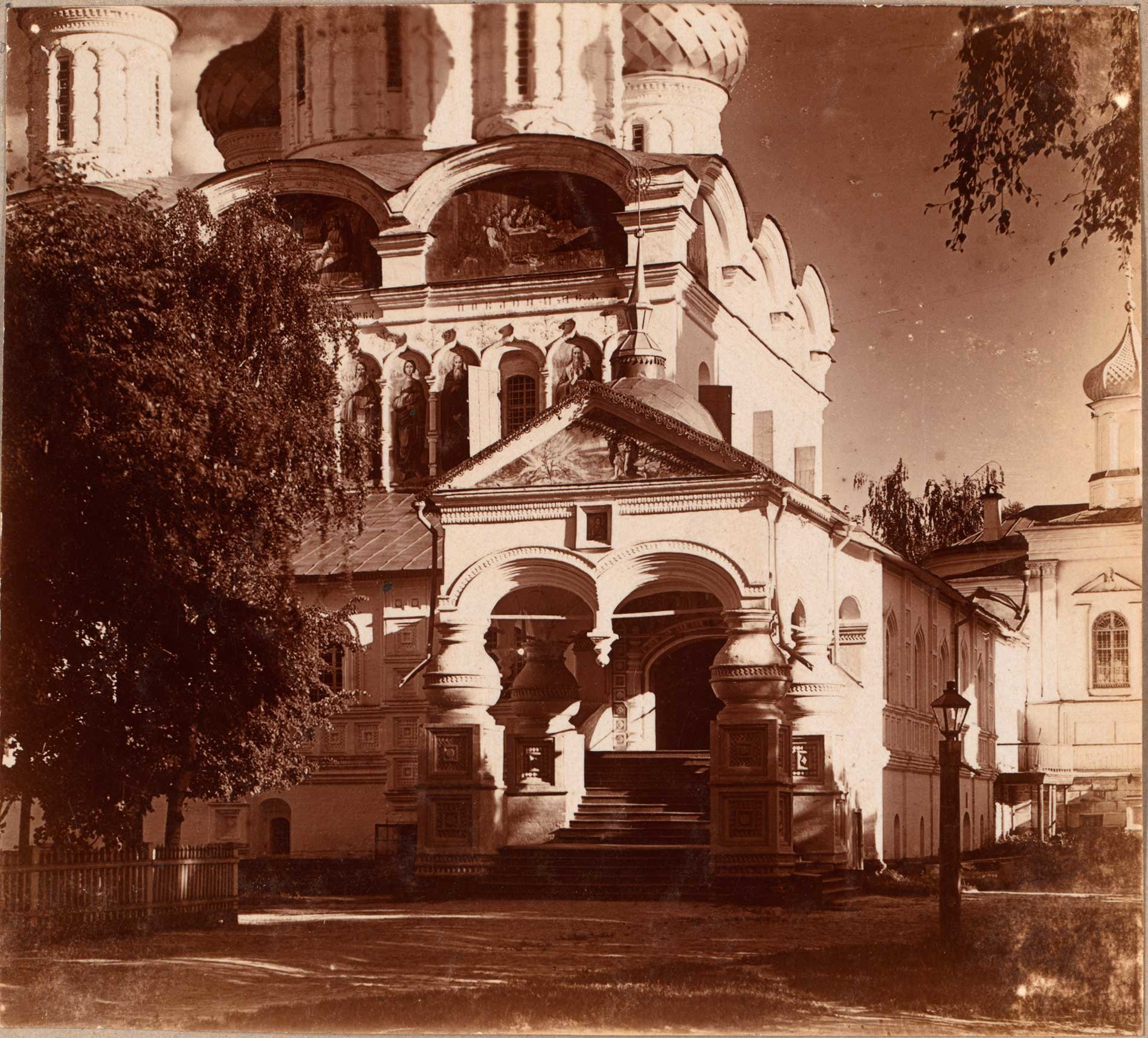 Monasterio Ipátiev. Catedral de la Trinidad, esquina noroeste con porche y escaleras a la galería oeste. Verano de 1910.