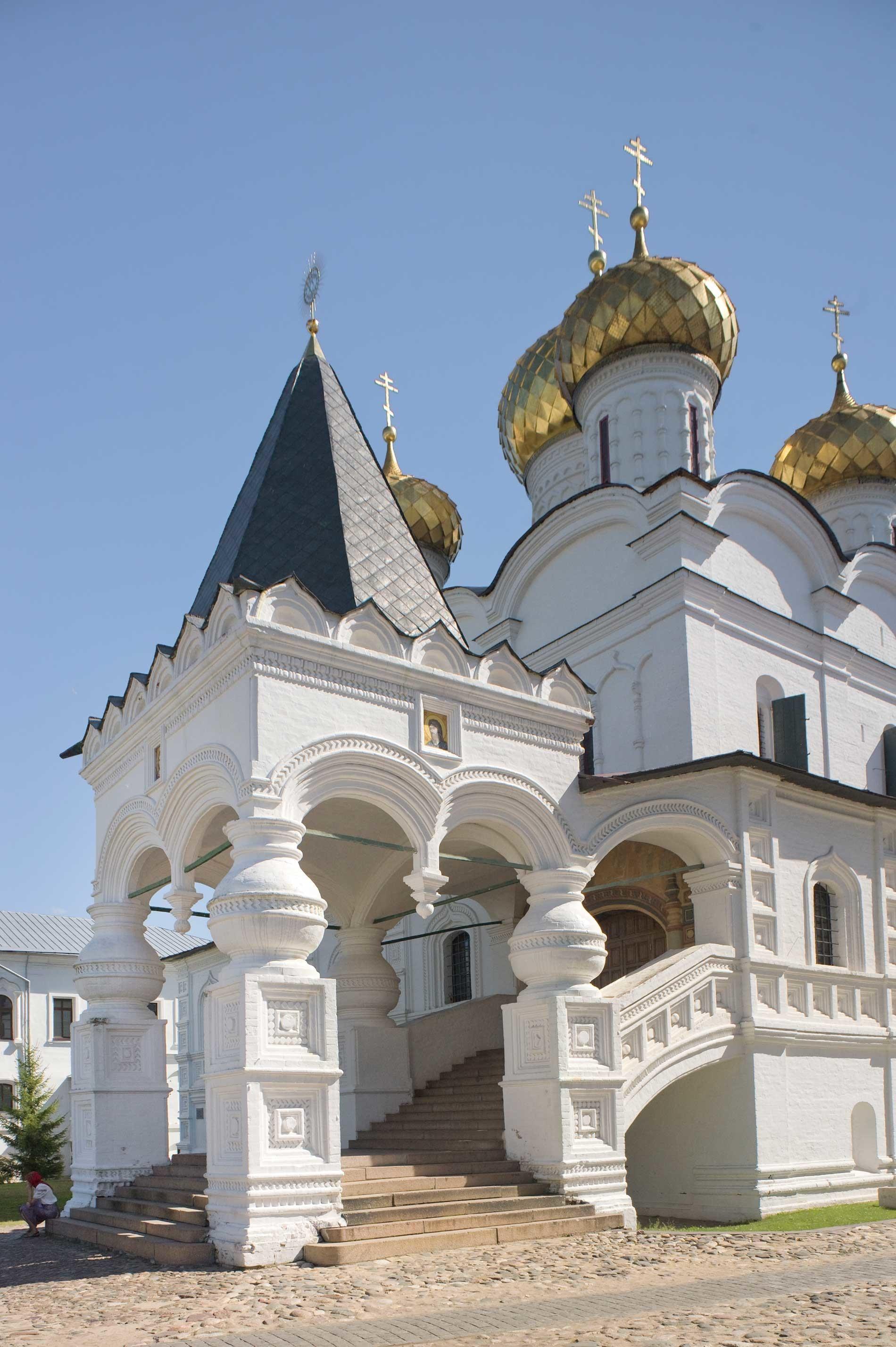 Monasterio Ipátiev. Catedral de la Trinidad, esquina noroeste con porche y escaleras a la galería oeste. Verano de 2017.