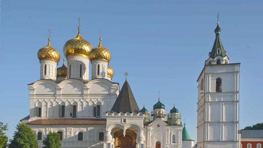 Kostromá. Monasterio Ipátiev. De izquierda a derecha: catedral de la Trinidad; catedral de la Natividad de la Virgen; campanario. Vista norte. Verano de 2017.