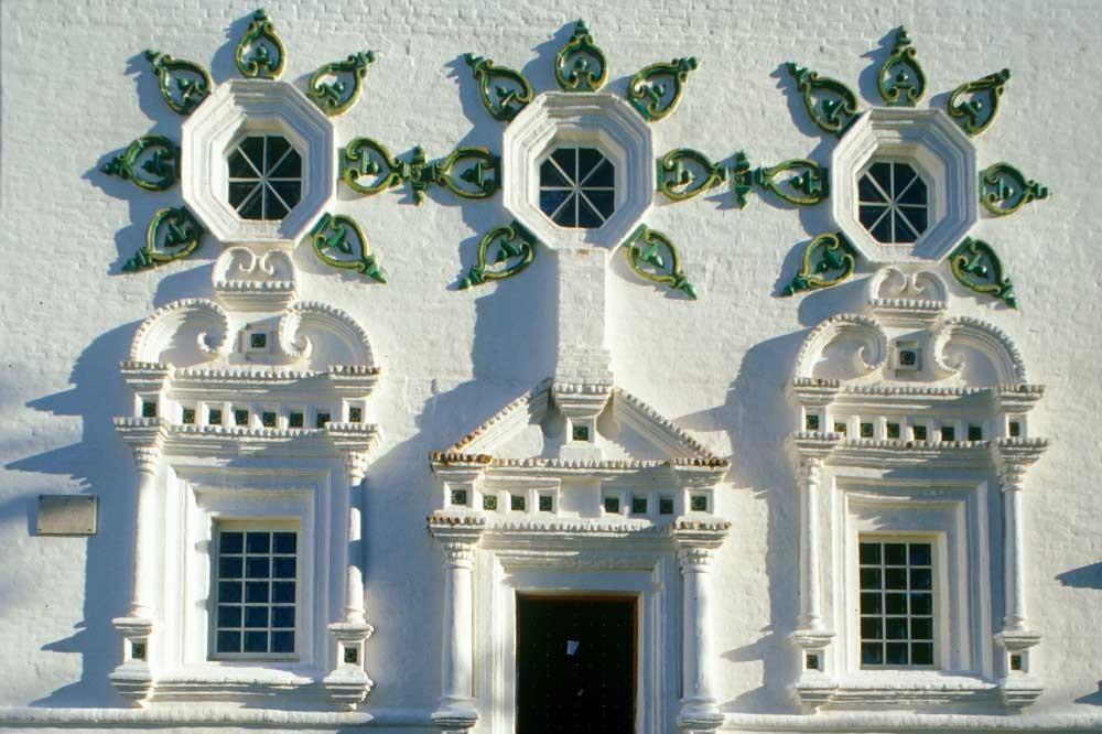 Cattedrale della Trinità. Facciata sud con decorazione ceramica. 27 agosto 1999