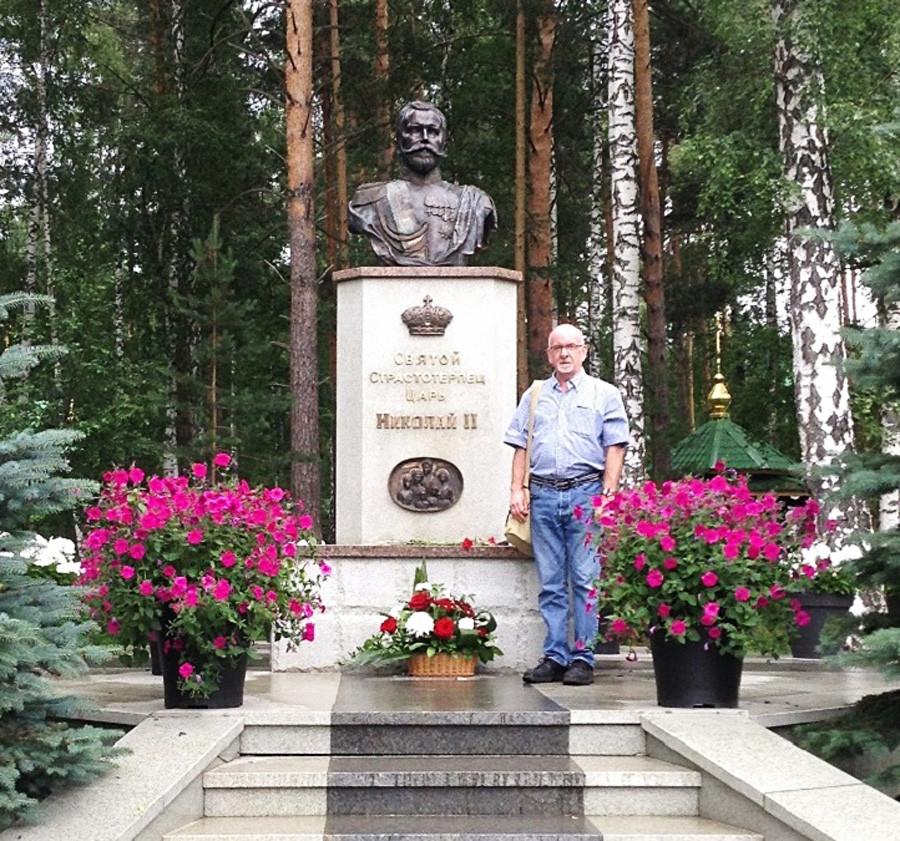 Paul Gilbert vicino a un monumento dedicato a Nicola II a Ganina Yama, non lontano da Ekaterinburg, 2018