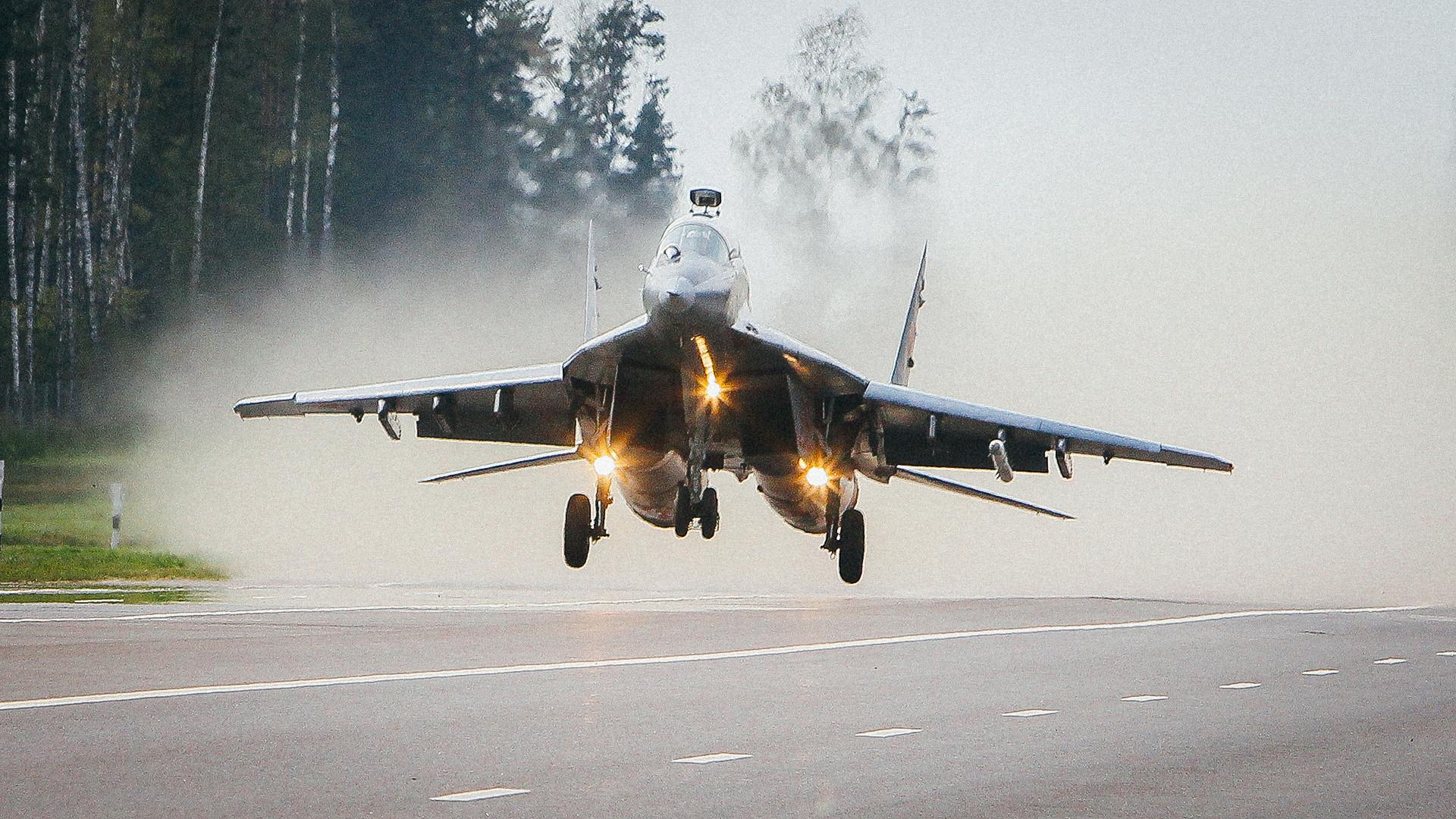 道路から離陸しているMiG-29。