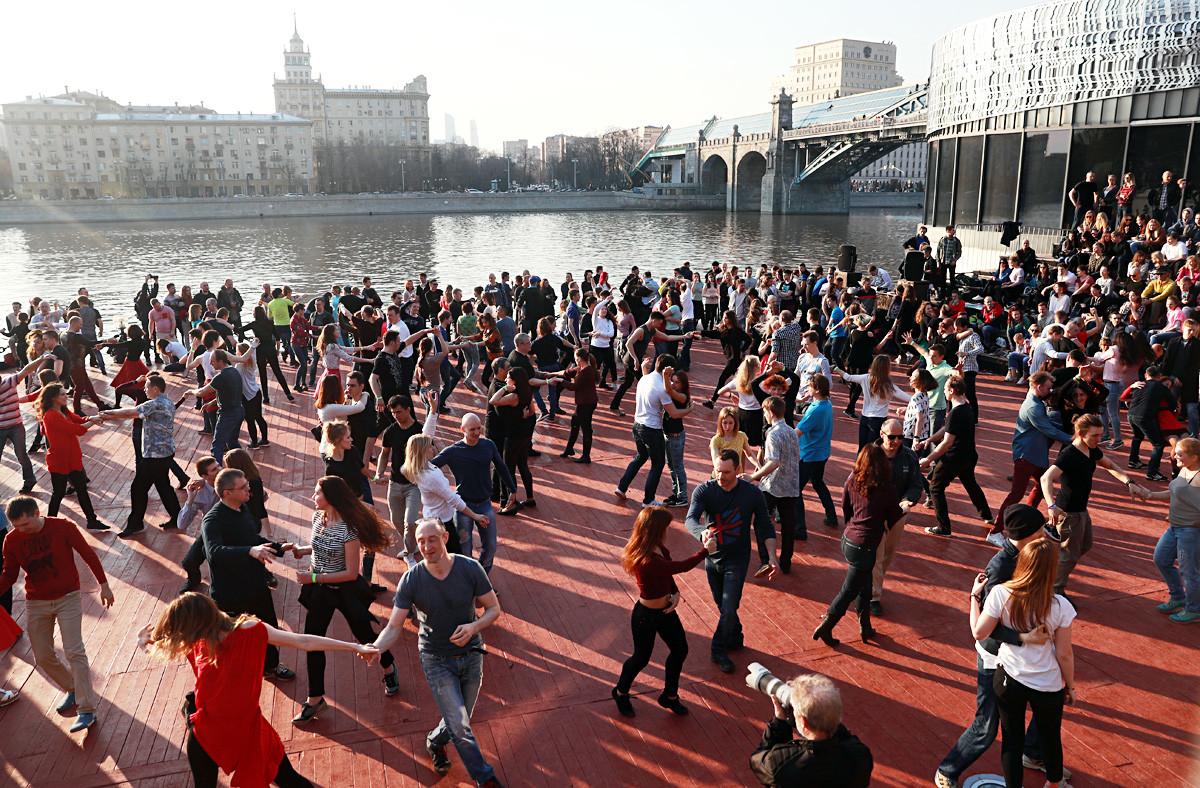 ゴーリキイ公園のモスクワ川付近で踊っている人たち。