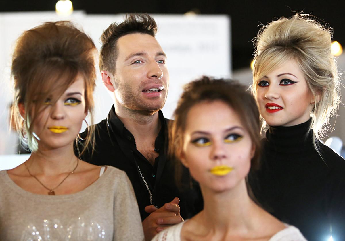 Yury Stolyarov bersama para model padapertunjukan di Mercedes-Benz Fashion Week Rusia.