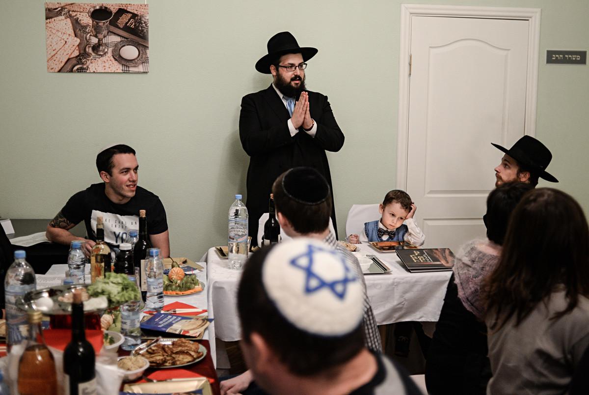 Anggota komunitas Yahudi dalam jamuan makan keluarga pada liburan Pesach Seder di Veliky Novgorod.