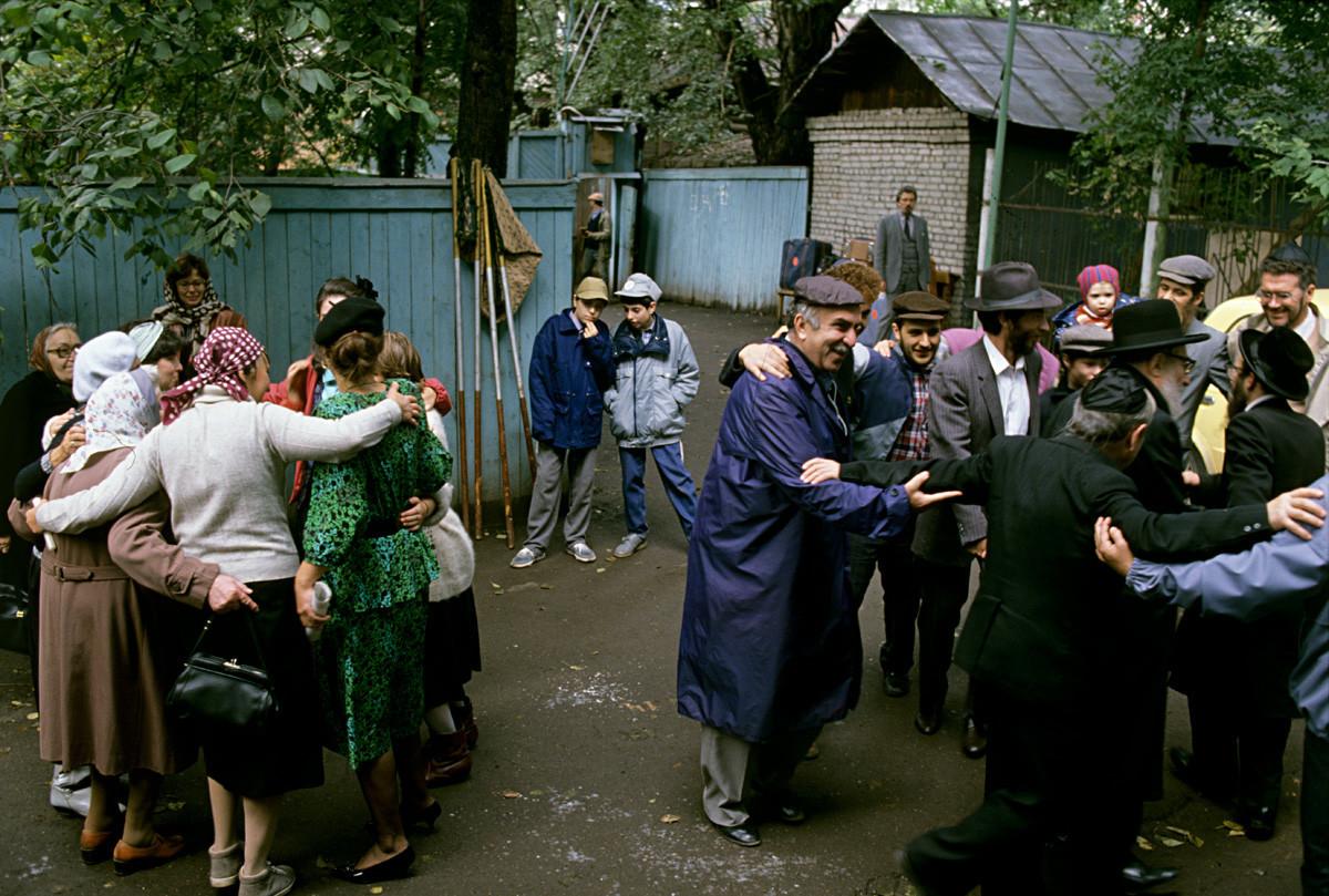 Yahudi di Uni Soviet. Tarian pernikahan upacara dilakukan setelah perkawinan (hula).
