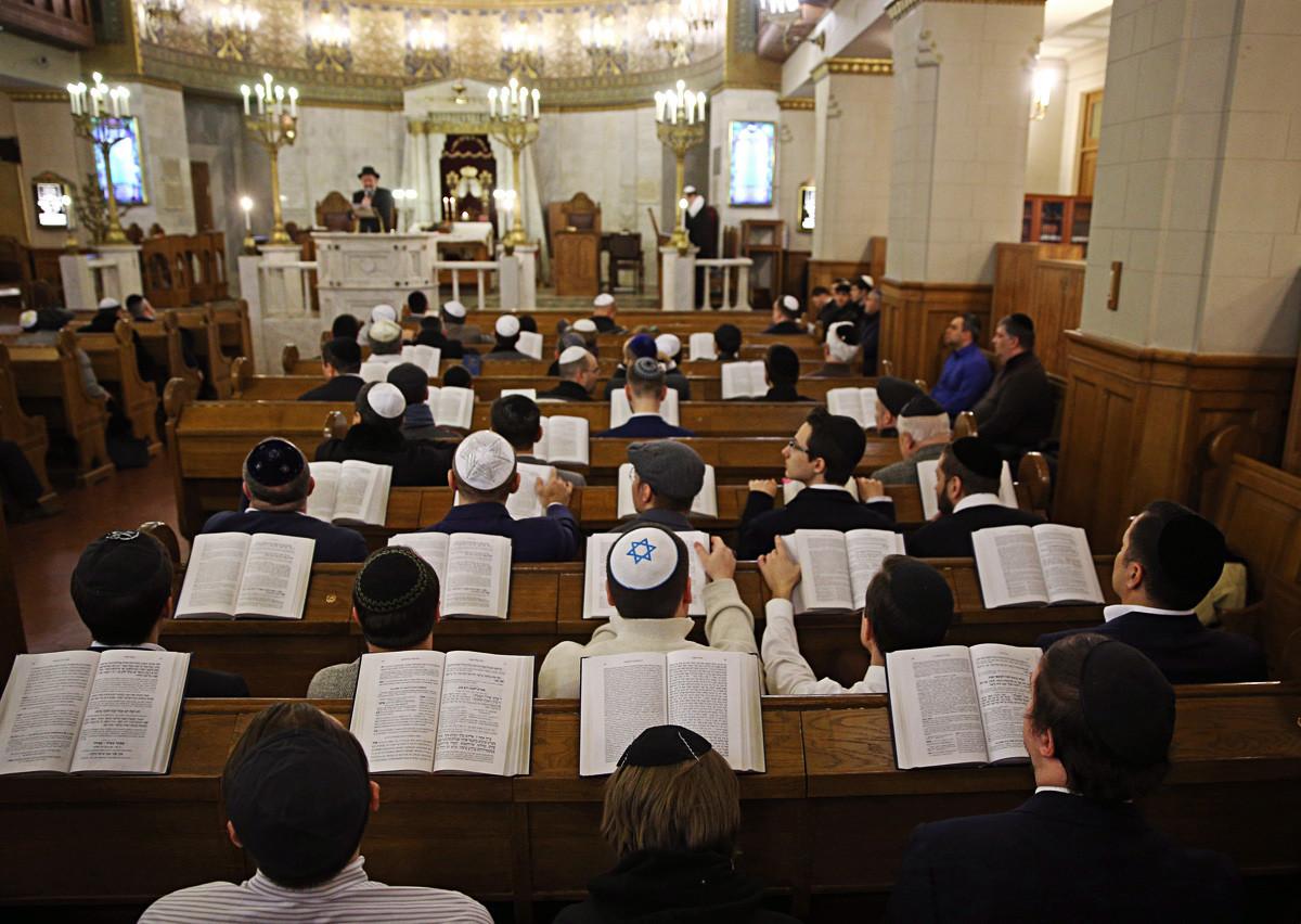 Orang Yahudi membaca Taurat ketika mereka menghadiri perayaan Paskah di Sinagoga Moscow Choral di Bolshoi Spasogolenishchevsky Lane, 2018.