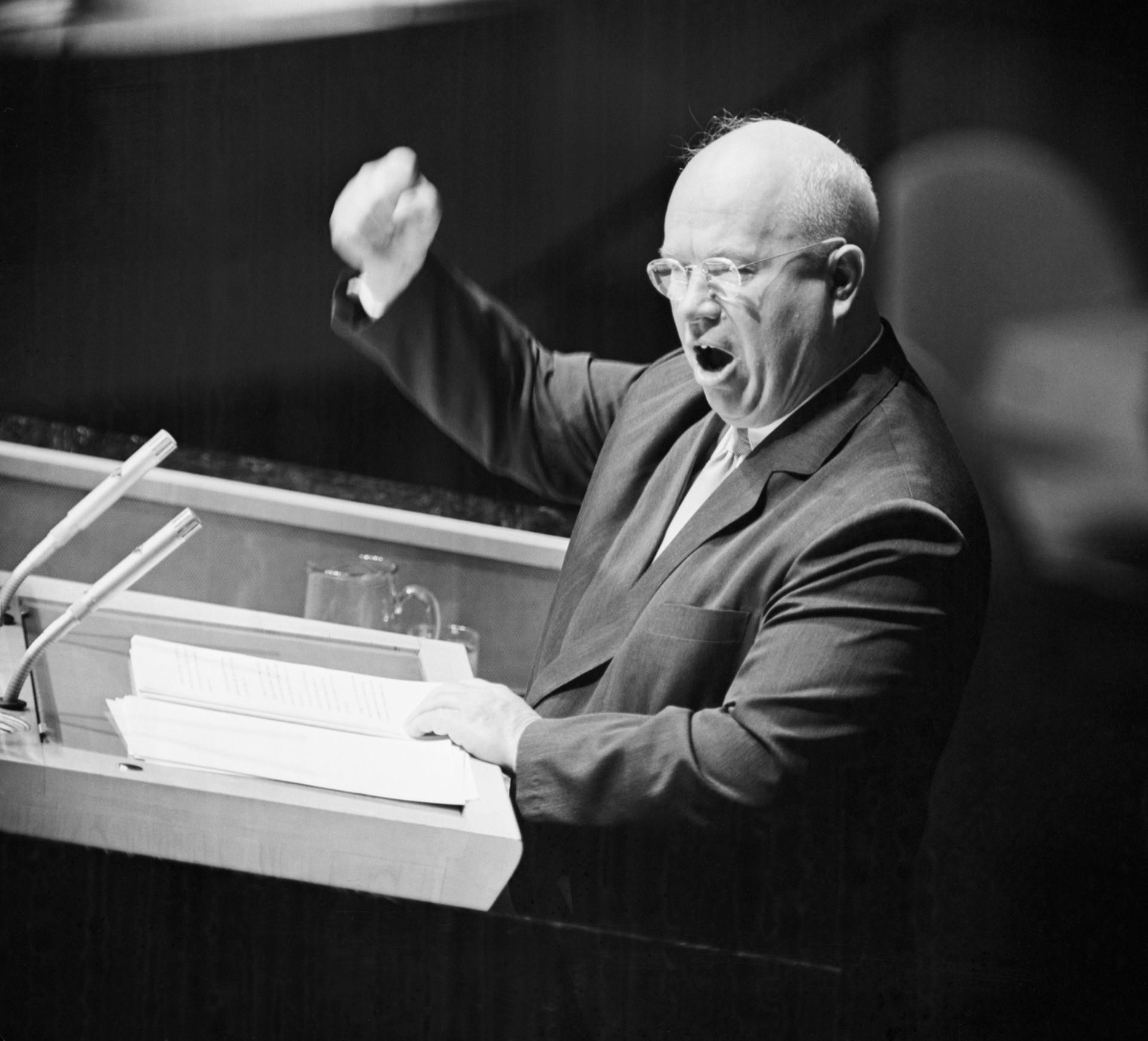 1960年9月23日、国連総会で公演しているニキータ・フルシチョフ。
