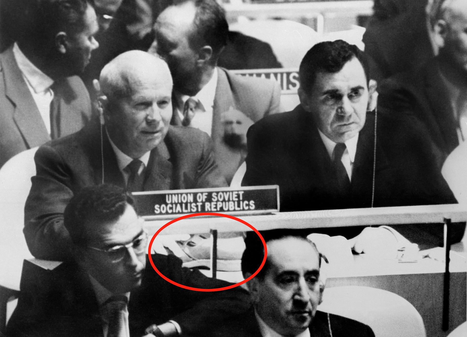 国連総会でのニキータ・フルシチョフとソ連のアンドレイ・グロムイコ外相(右)の実際の写真、 1960年10月12日。赤い丸で示されているのはフルシチョフの机の上に置いてある靴。