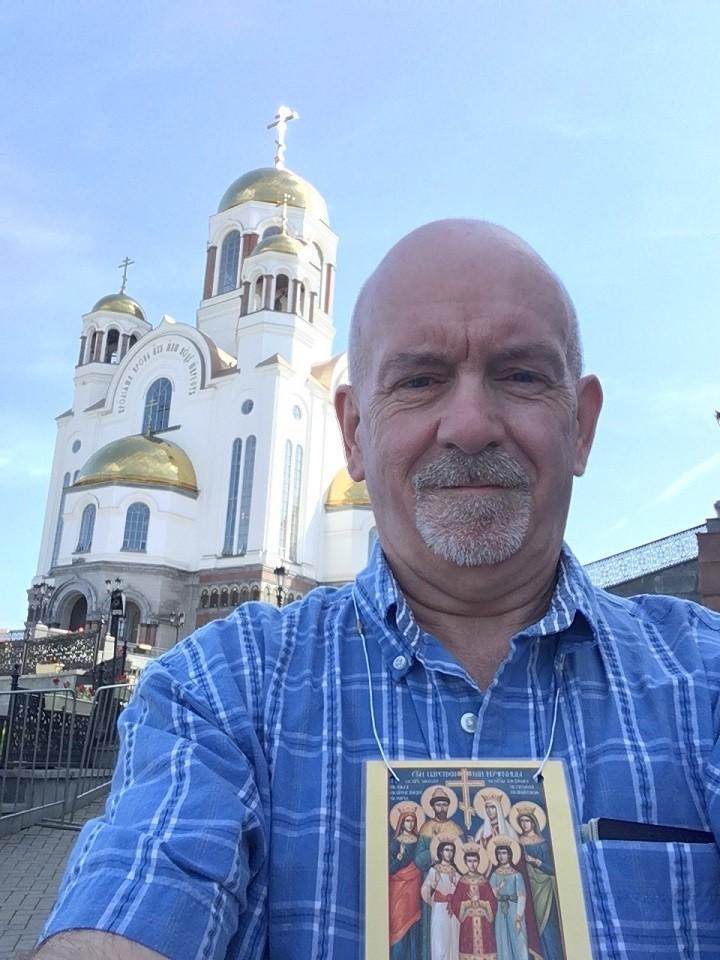 Paul Gilbert pred cerkvijo Vseh svetih v Jekaterinburgu, zgrajeno na mestu, kjer so bili ustreljeni ruski car Nikolaj II. in njegova družina.