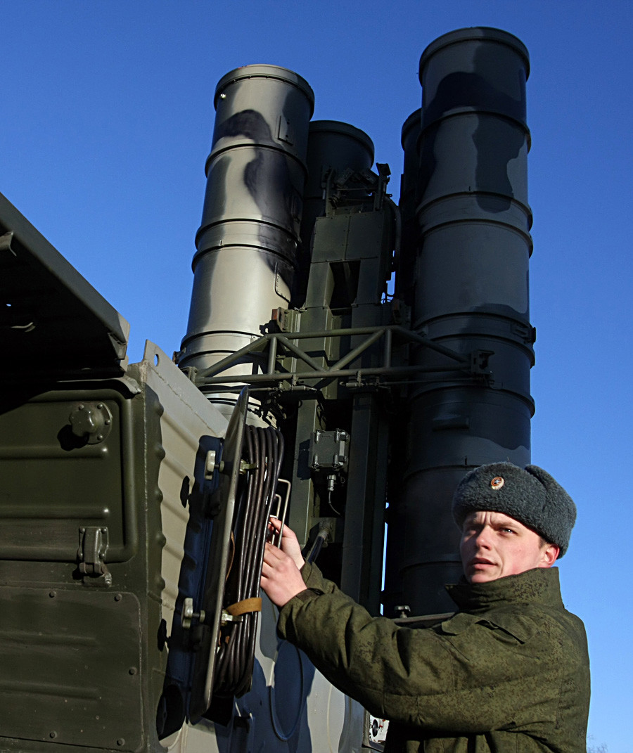 ロシアの軍人が新型の防空システムS-400「トリウームフ」を管理している。モスクワ郊外のエレクトロスタリ市付近で行われた防空部隊の訓練の時。