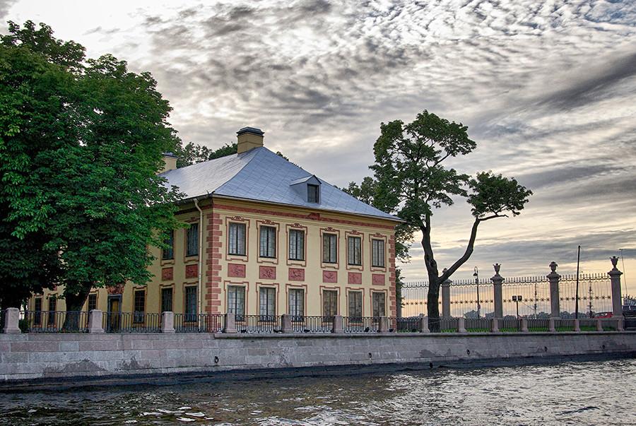 夏の宮殿の外部。