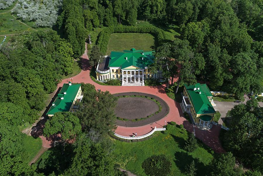 外から見たゴールキ邸宅。