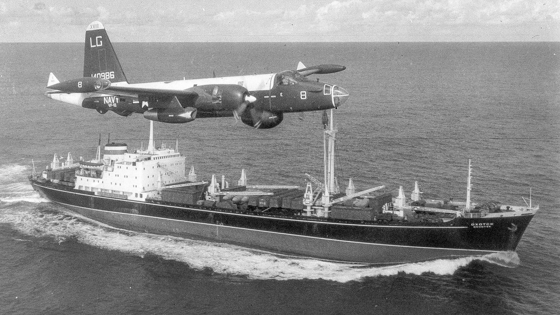 Ein US-Patrouillenflugzeug fliegt während der Kubakrise 1962 über einen sowjetischen Frachter.