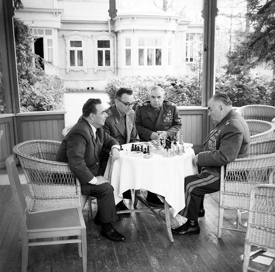 ザヴィドヴォのダーチャ。ソビエト連邦共産党書記長のレオニード・ブレジネフ、ソ連邦元帥アンドレイ・グレチコ、ニコライ・クルイロフ、ロジオン・マリノフスキー(左から右)がチェスをしている。