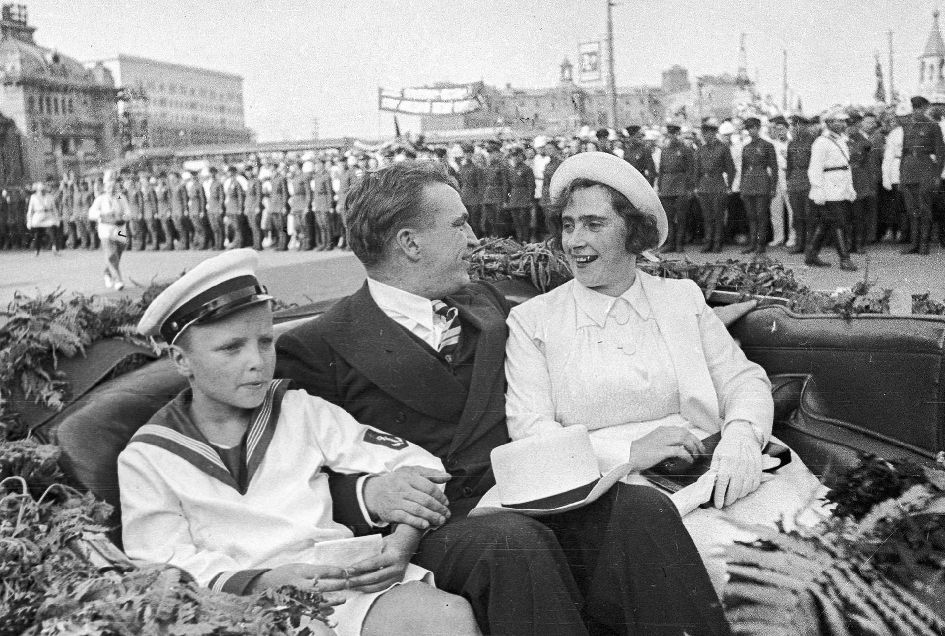Waleri Tschkalow mit seiner Frau Olga und seinem Sohn Igor nach dem erfolgreichen Direktflug über den Nordpol, 27. Juli 1937.