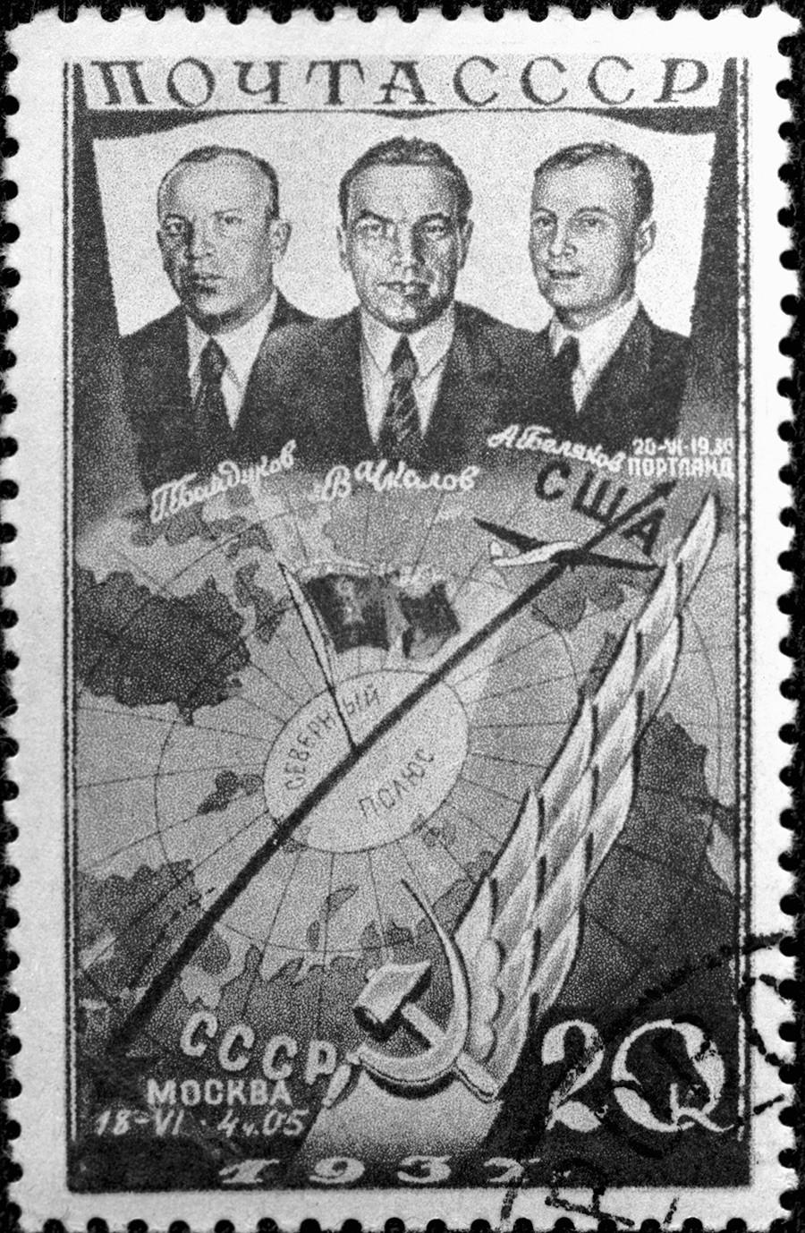 Briefmarke mit der Abbildung von Baidukow, Tschkalow und Beljakow