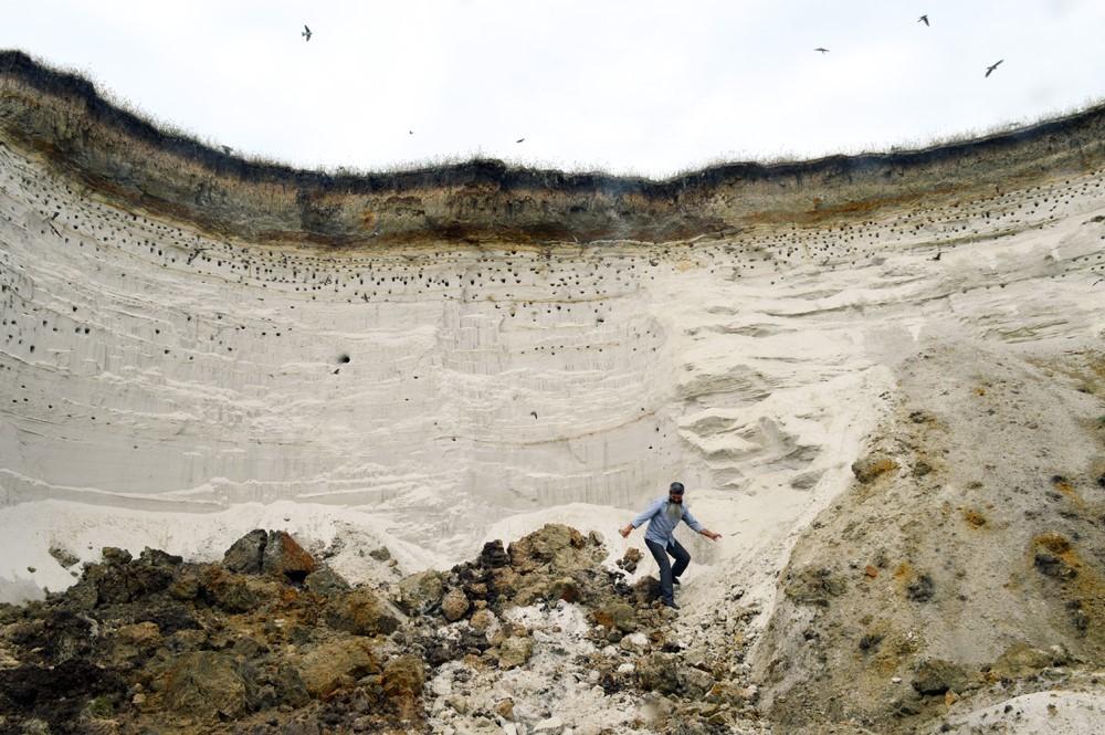 Andrej gre po pesek v bližnji kamnolom.