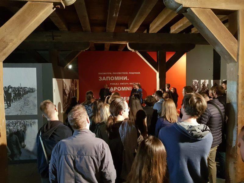 Vodstvo, predavatelji in študenti oddelka za zgodovino FF UM ob obisku Mednarodnega raziskovalnega centra za drugo svetovno vojno v Mariboru 5. oktobra 2018.