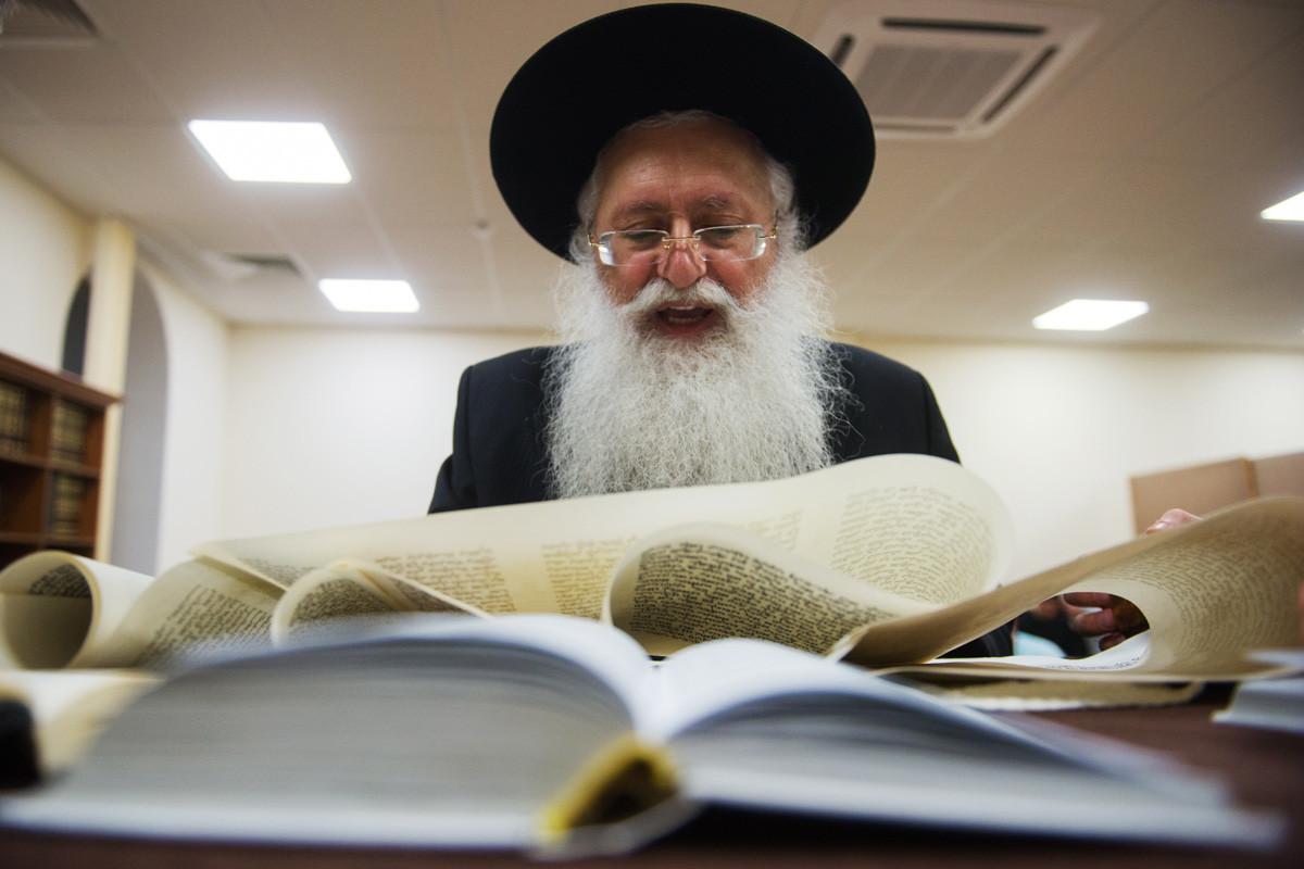 Glavni rabin v Pjatigorsku Mihail Hananašvili v sinagogi bere Esterino knjigo med praznovanjem judovskega praznika purim. Festival obeležuje rešitev judovskega naroda pred genocidom v Perziji med vladavino Artakserksa I.