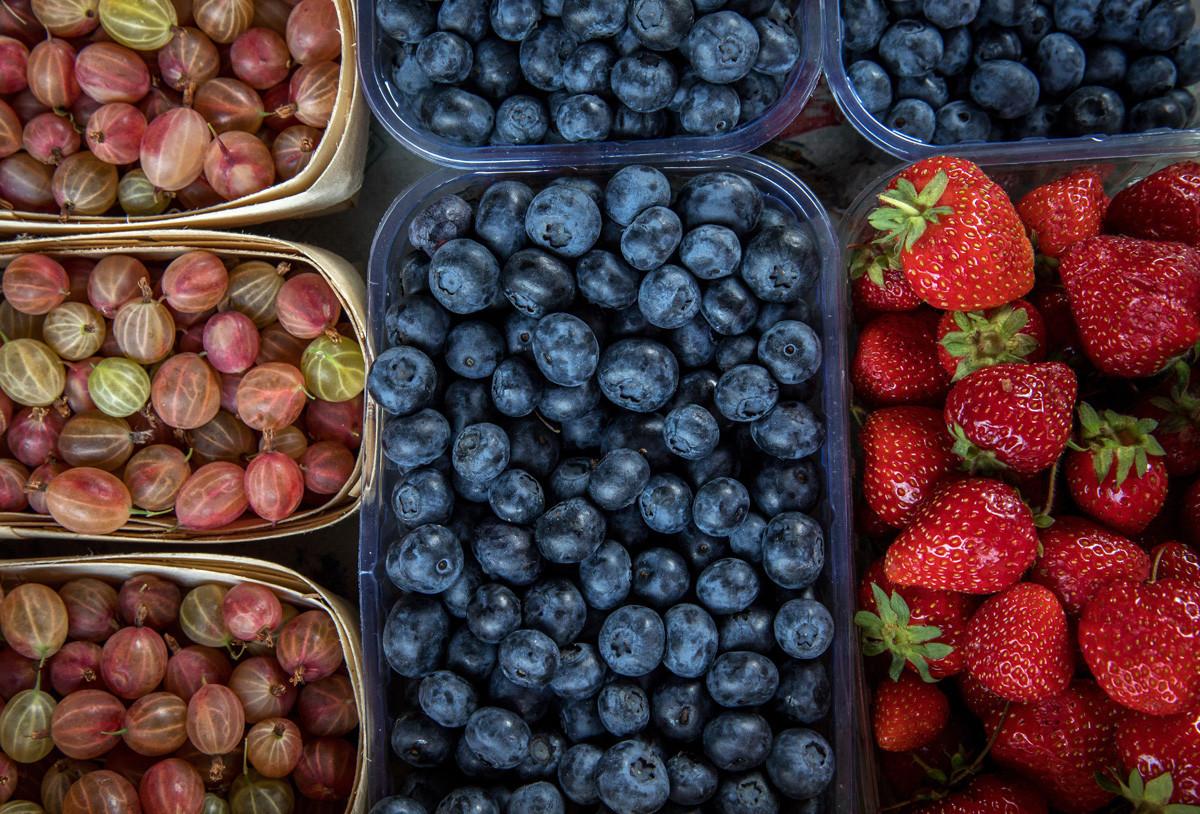Aneka buah buni yang dijual di pasar.