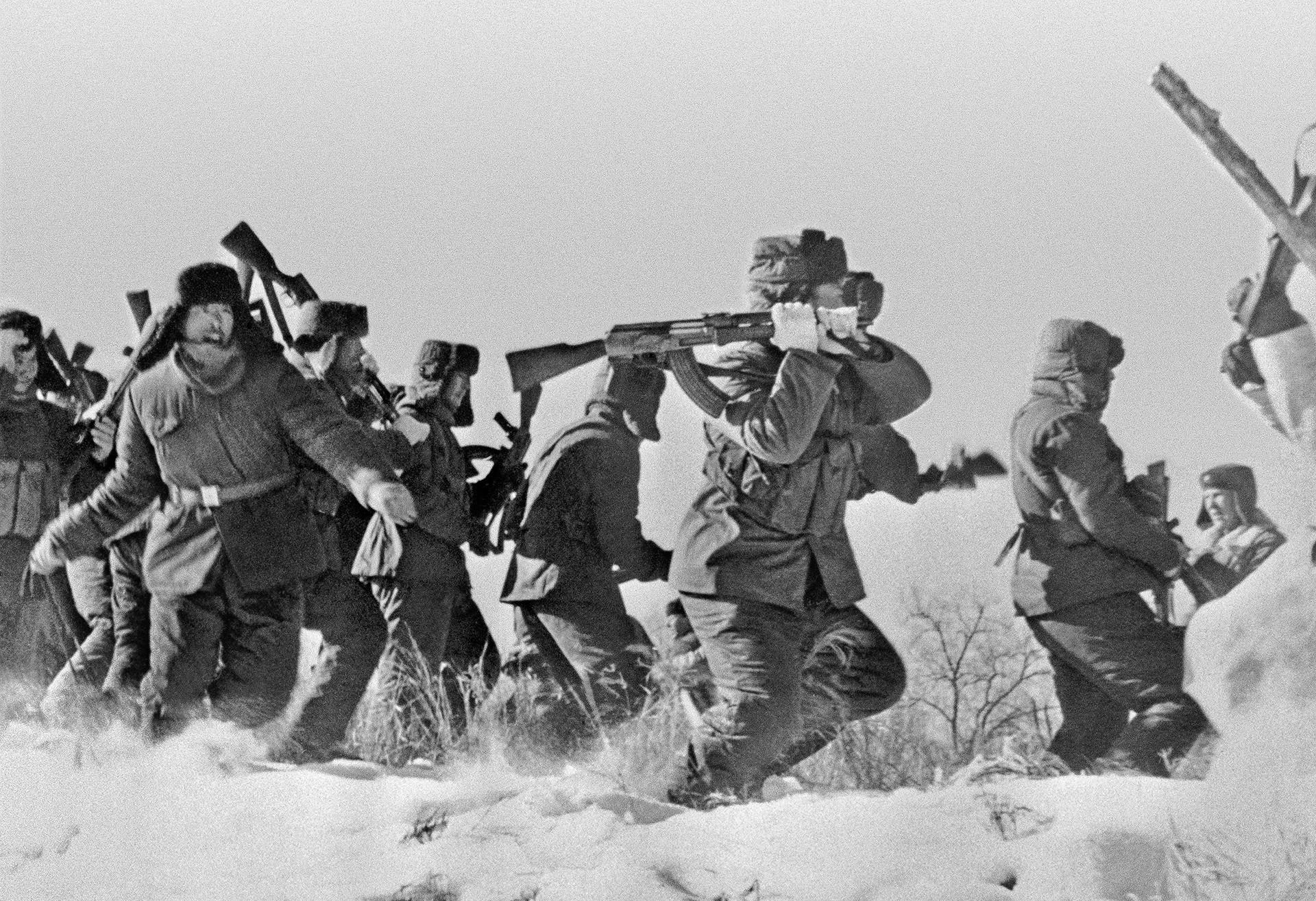 Sovjetsko-kitajski obmejni konflikt leta 1969. Na fotografiji je odred kitajskh vojakov ob poskusu preboja na otok Damanski.