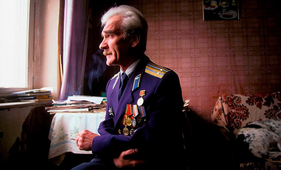 Stanislav Petrov v častniški uniformi, 1999.