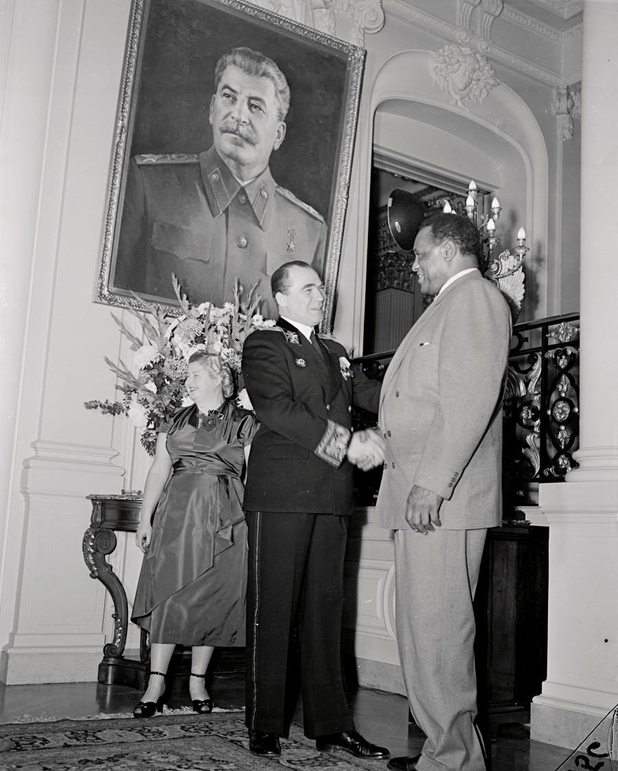 Руският посланик Георги Закухин посреща Пол Робсън в съветското посолство по случай 35-годишнината от Революцията през 1917 г., 1952 г.