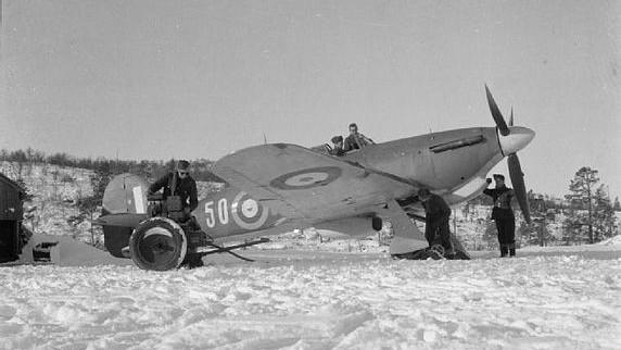 Самолет Hawker Hurricane от Крило №151 на Кралските военно-въздушни сили на летището във Ваенга (на 10 километра от Мурманск), есента на 1941 г.