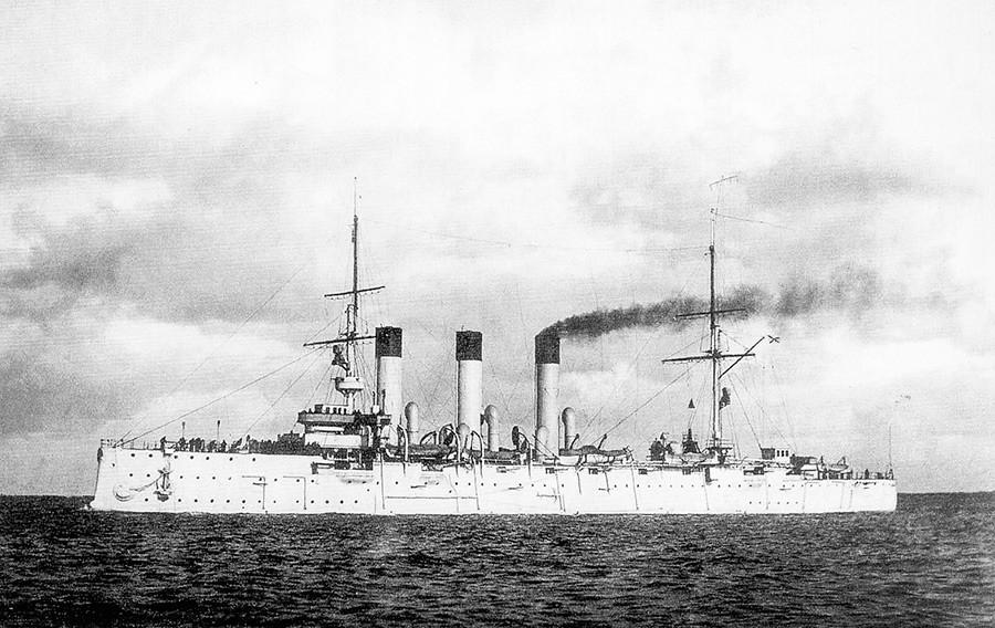他のロシアの船に攻撃されたロシアの防護巡洋艦アヴローラ。